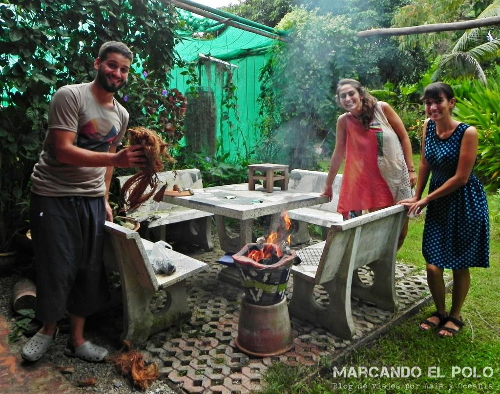 En nuestra casita de Chiang Mai con Álvaro y Lau