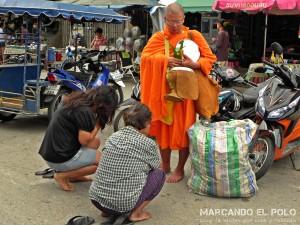 Itinerario para viajar a Tailandia: monje en Prachuap Khiri Khan
