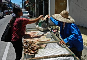 Itinerario para viajar a Tailandia: vendedora de pescado en Songkhla