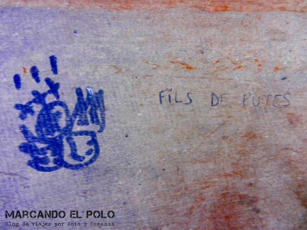 Graffiti en la pared de la oficina de migraciones de Laos (borde con Camboya). Parece que no fuimos los únicos enojados...