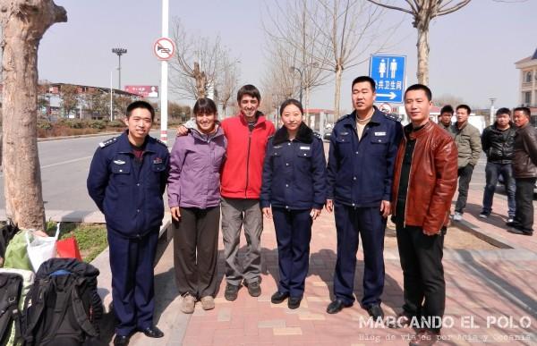 Viajar a dedo China: policías nos ayudan