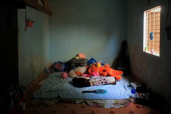 """Foto de su perfil de Couchsurfing en la que muestra su cuarto, con la frase """"My room, only this"""" (mi pieza, sólo esto)"""