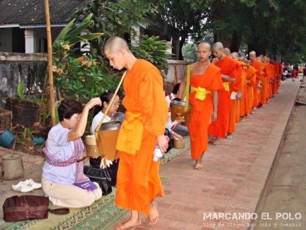 Viajar a Luang Prabang - peregrinación de monjes 1
