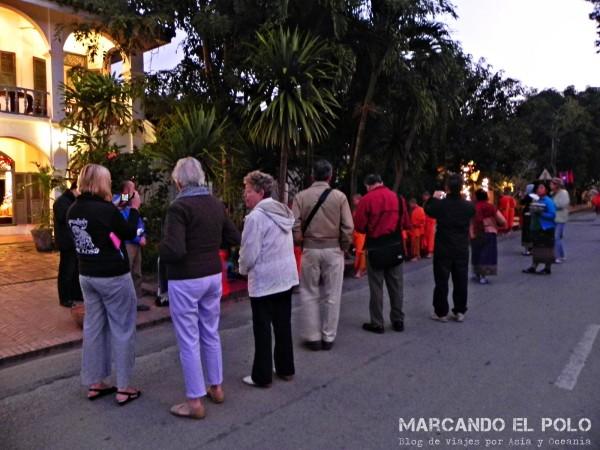 Viajar a Luang Prabang, Laos - peregrinación de monjes 4