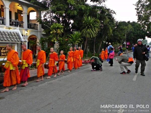 Viajar a Luang Prabang, Laos - peregrinación de monjes 7