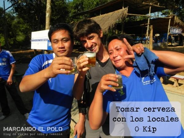 Viajar a Laos - Petanca y Beer Lao con locales