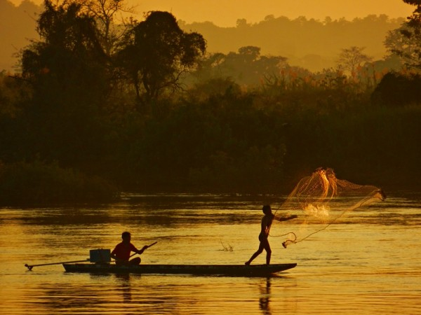 Viajar a Laos: atardecer en el Mekong