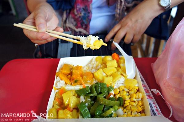 Comer arroz con palitos