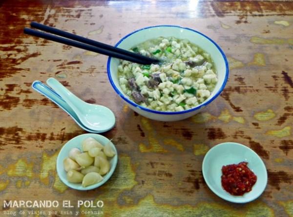 Comer con palitos - sopa con cuchara y palitos