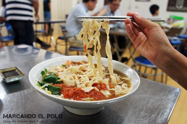 Comer con palitos - sopa de fideos