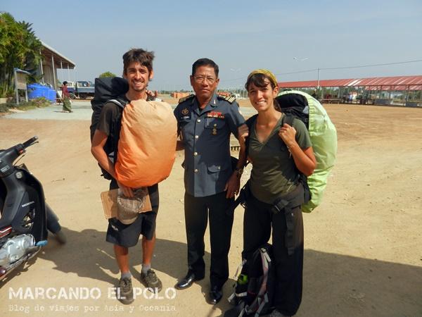 Viajar a dedo Camboya - militares también nos levantaron