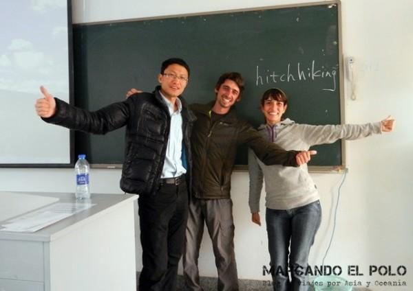 Con Kevin en su clase, hablando de viajar a dedo...