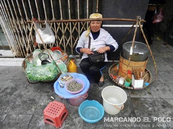 Viajar a Vietnam - Vendedora de comida callejera