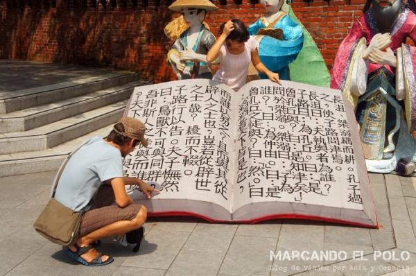 En el templo de Confucio tratando de aprender chino...