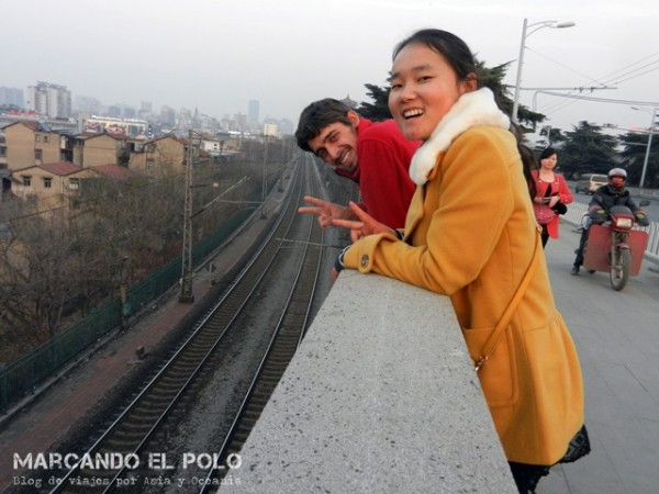 Caminando por Wuhan con Tina mientras se descargaba con nosotros...
