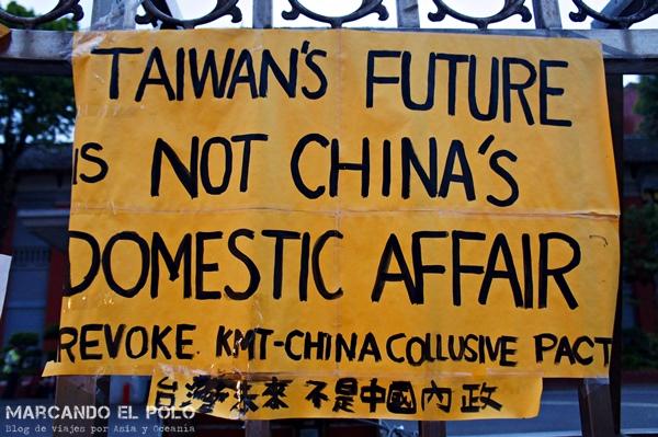 """Pancartas en una protesta: """"El futuro de Taiwán no es un asunto de China"""""""