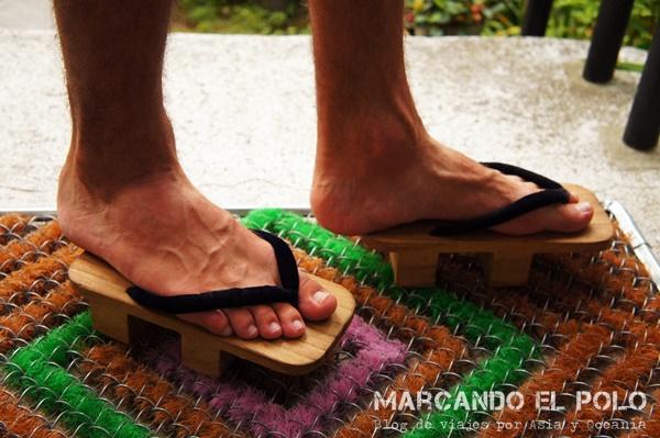 Jota con sus zapatos japoneses. Un poco chicos, ¿no?