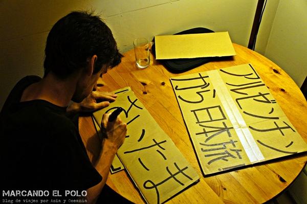 Preparando los carteles la noche anterior