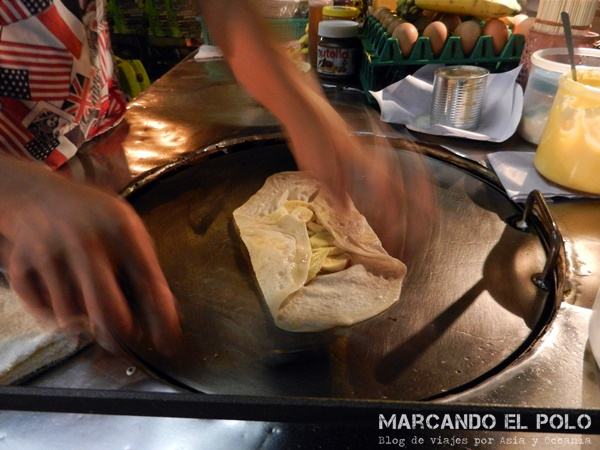 Viajar al Sudeste asiatico - preparando panqueque de banana