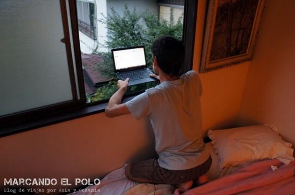 Tratando de enganchar una ráfaga de wifi desde nuestra habitación en Nikko, Japón, donde estuvimos un mes.