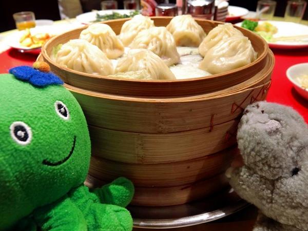 Melako comiendo dumplings en un restaurante chino.