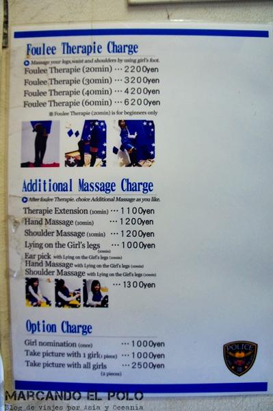 ¿Cuánto cuesta un masaje por una policía? A partir de USD 22 por 20 minutos. La foto con las chicas te va a costar ¡USD 25!