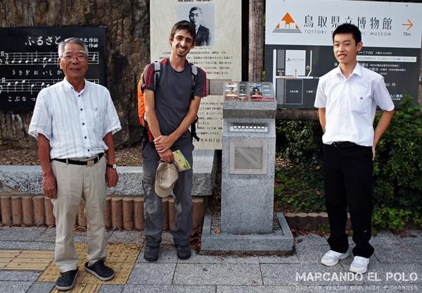 El gran abuelo que nos vio en Tottori caminando con las mochilas y nos frenó sin pedirle