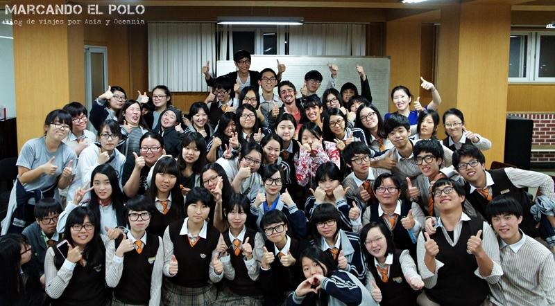 Más tiempo en un lugar te abre a situaciones como dar una charla sobre viajes en un secundario (Jinju, Corea)