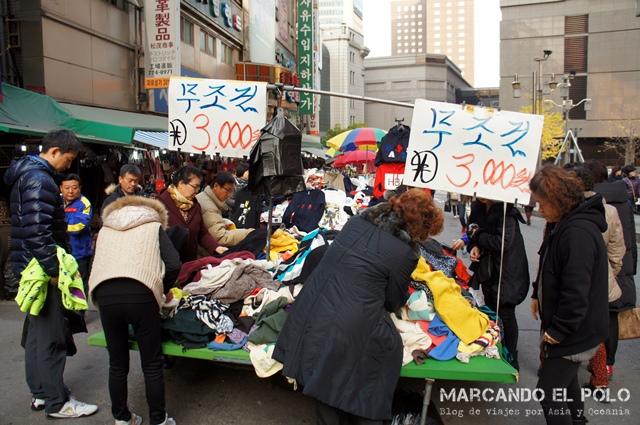 Buscando ropa usada en el mercado