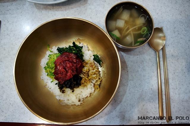 Comida coreana - bibimbap con carne cruda