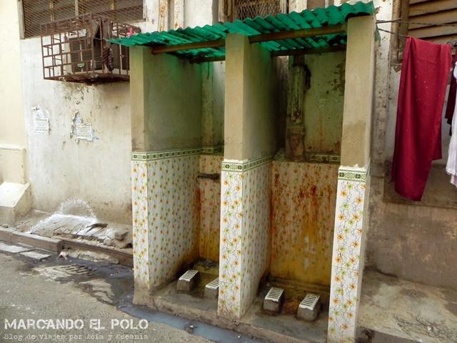 Baño público en Calcutta, India. Agradezcan que todavía no se puede compartir olores a través del blog...