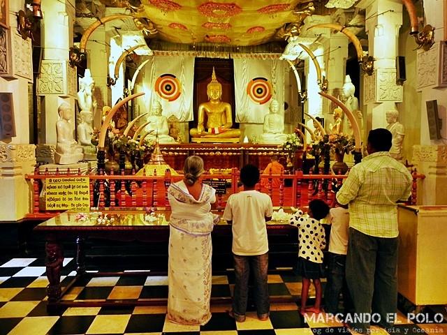 Familia rezando en el Templo del diente