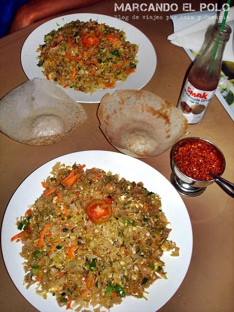 Kottu de pollo + hoppers + jugo de wood apple = una cena típica