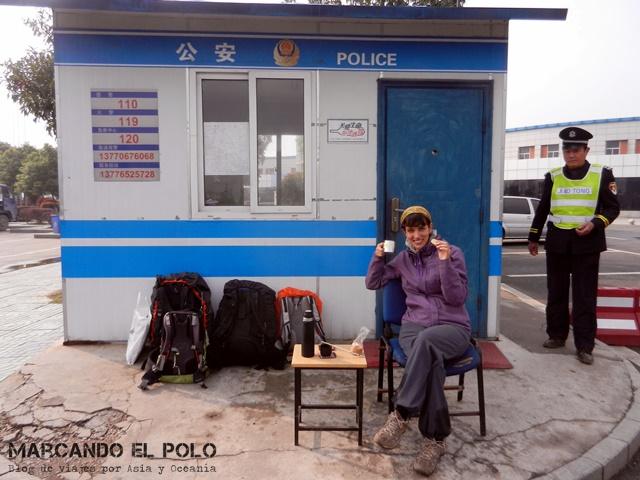 Esperando junto al otro policía