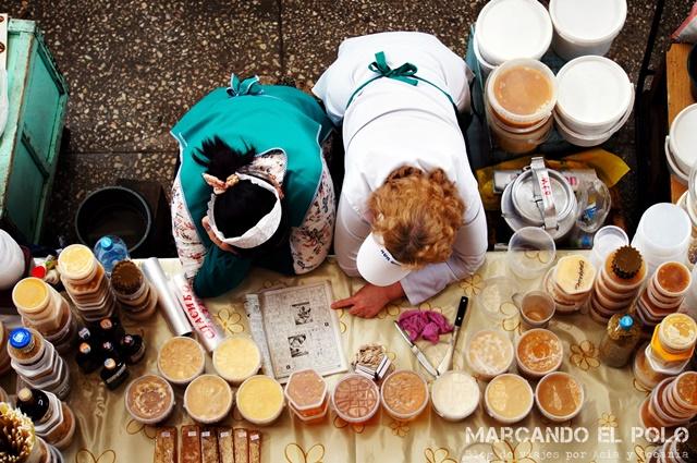 Mercado de Almaty - puesto de miel