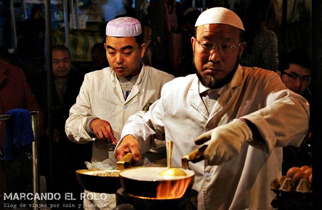 El maestro prepara Lao Zao. Mercado nocturno