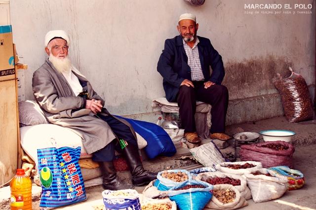 Viajar-a-Tayikistán-vendedores-en-el-mercado