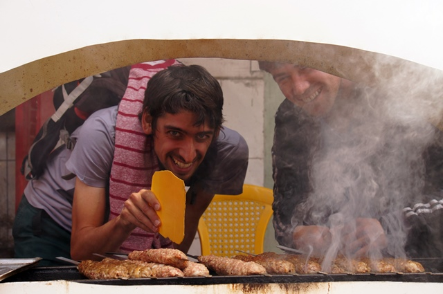 Preparando shashlik con los amigos del mercado