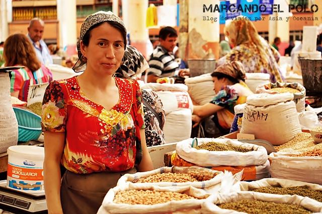 En los mercados, hay tantos hombres como mujeres trabajando