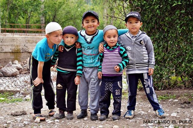 Itinerario-viajar-a-Kirguistan-Nenes-en-Arslanbob