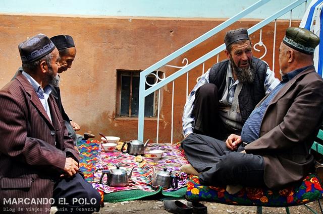 Debatiendo temas de importancia internacional en la chaikhana del pueblo