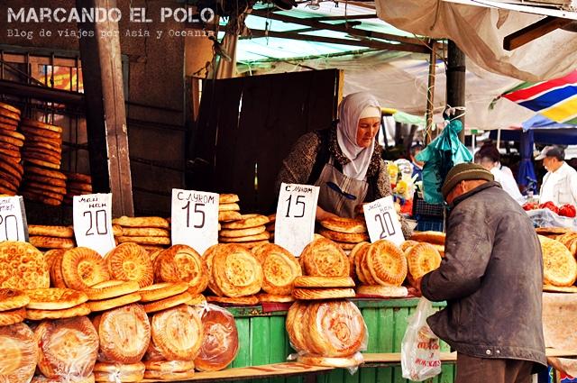 Sale el pan caliente en el Osh Bazaar