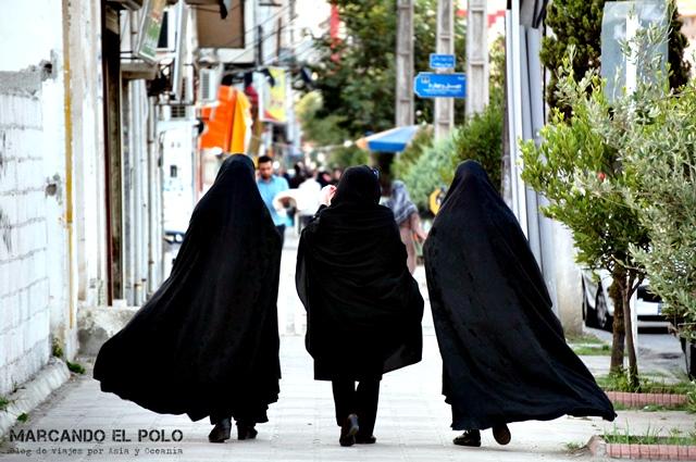 """Si bien no es obligatorio, muchas mujeres optan por usar """"chador"""", que literalmente significa """"carpa""""."""