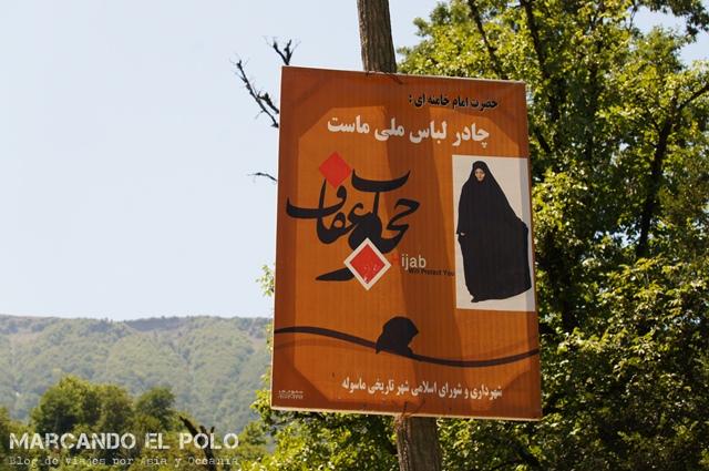 """En la calle hay carteles que incentivan a vestirse """"modestamente"""""""