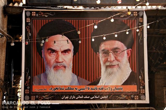 Estas imágenes están por todo el país: el líder religioso actual a la derecha, Ayatolá Jamanei, junto al primer líder supremo, Ayatolá Jomeini.