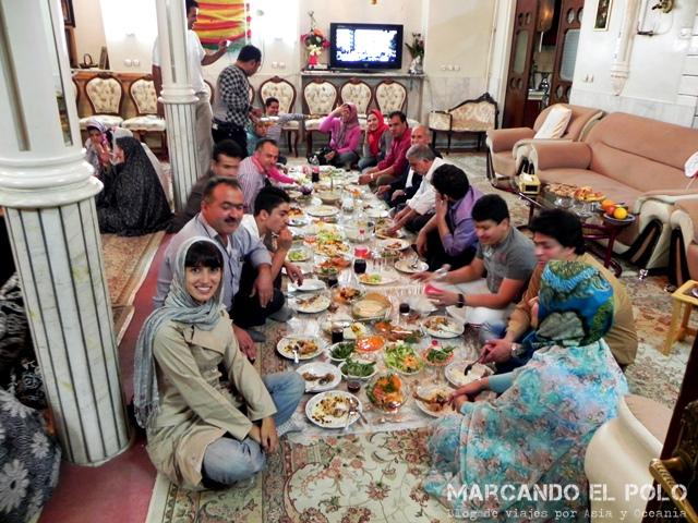 Comiendo durante nuestro primer viaje a Irán.