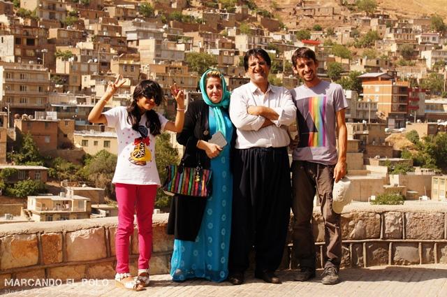 Esta familia nos recibió apenas nos vio llegar a Paveh, Kurdistán.
