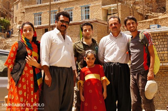 Esta familia kurda cambió de planes al vernos haciendo dedo y nos llevó a pasear todo el día con ellos. Antes de despedirnos, la chica de la izquierda me regaló uno de sus vestidos.