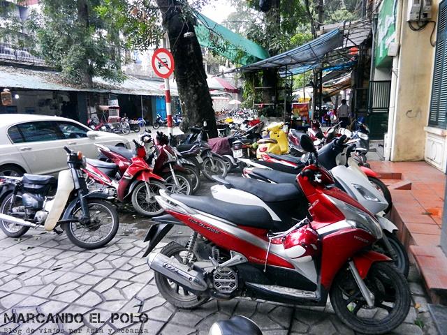 Guia viajar en moto Vietnam - motos en vereda Hanoi
