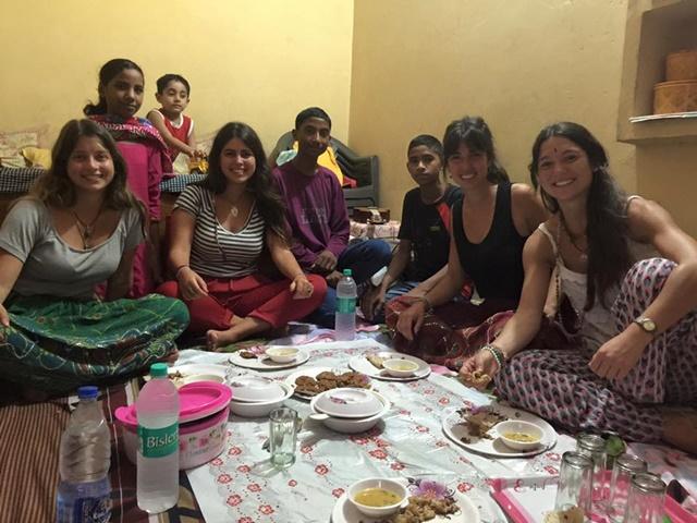Cenando con la familia de Salim, nuestro conductor, en Delhi - Clara Victorica